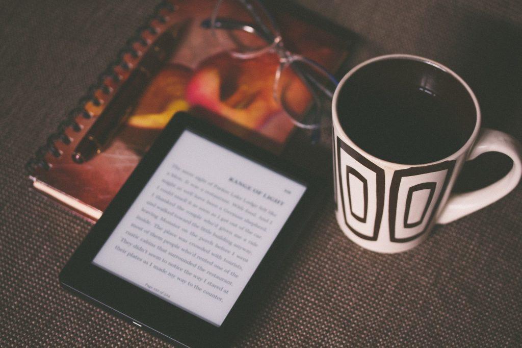 Tablette-Kindle-mug-et-livre
